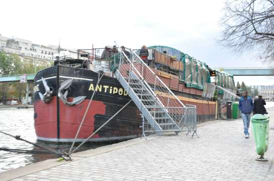 I paused to snap a few pictures of several boats that were tied up along the canal. This one had a sign saying that it was a cafe and perfomance space. I stopped in for a beer.