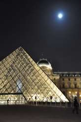 pyramid_louvre_and_full_moon